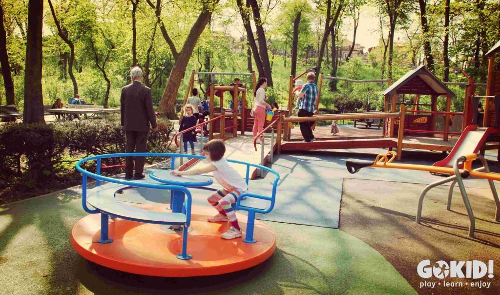 Parcul Carol loc de joaca la intrare