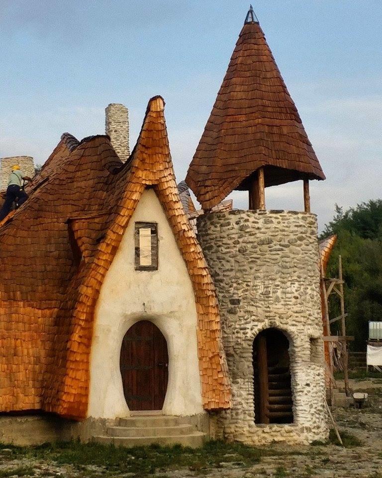 Castelul din lut din Valea Zanelor