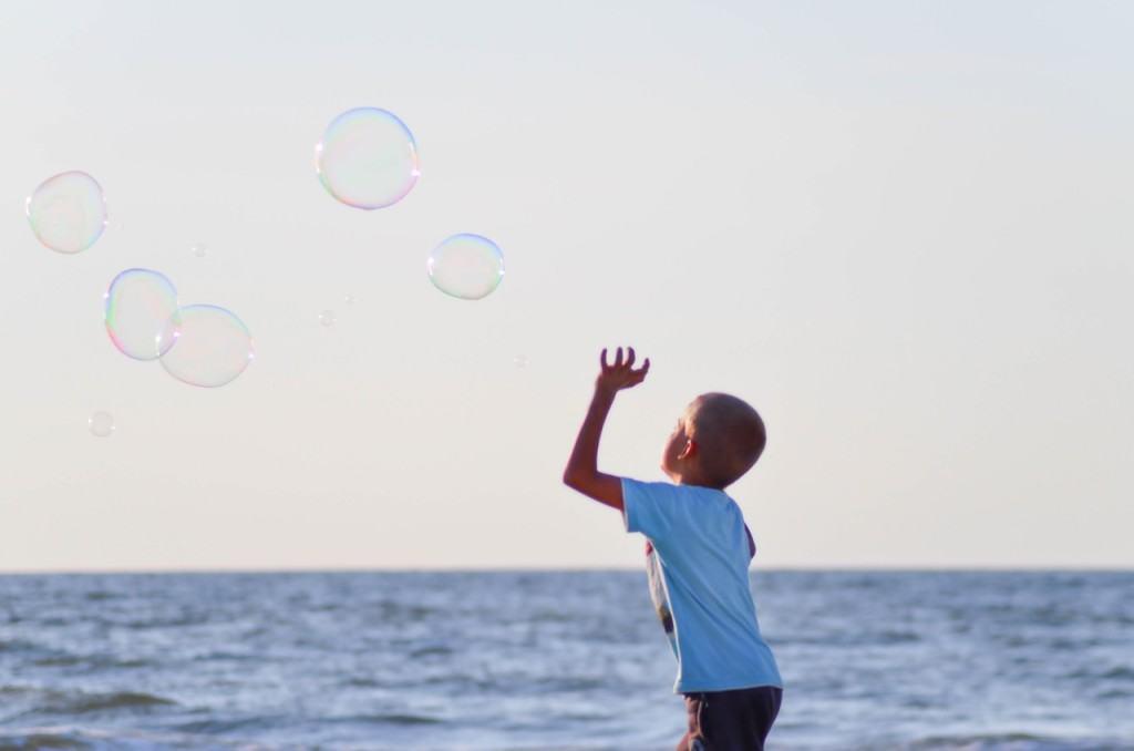 Incepe scoala si copilul tau intră în panică baietel baloane