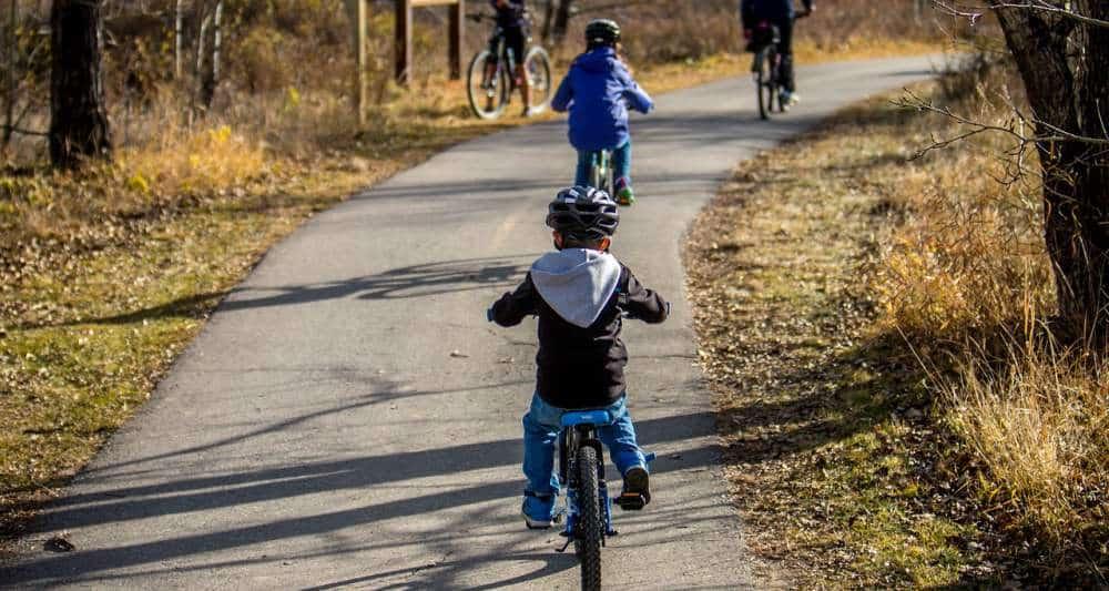 Cum Ferim Copilul de Răceală la Începutul Şcolii copii bicicleta afara