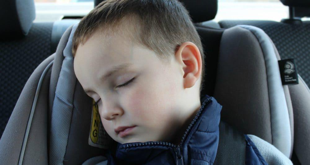 Cum Ferim Copilul de Răceală la Începutul Şcolii copil doarme in masina