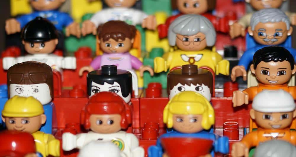 Cum Ferim Copilul de Răceală la Începutul Şcolii lego crowd