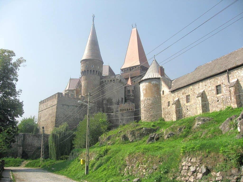 Castelul Corvinilor. Destinaţie de Familie în Hunedoara drum