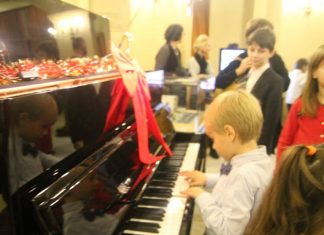 interpretare pe pian boem club pianos, marca perzina
