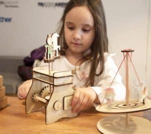 Campania de Crowdfunding Eematico Toys fetita joaca