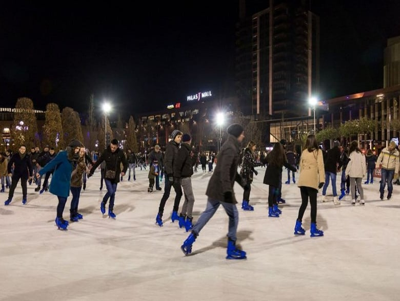 Palas Ice. Patinoar in Aer Liber la Iasi imagine seara